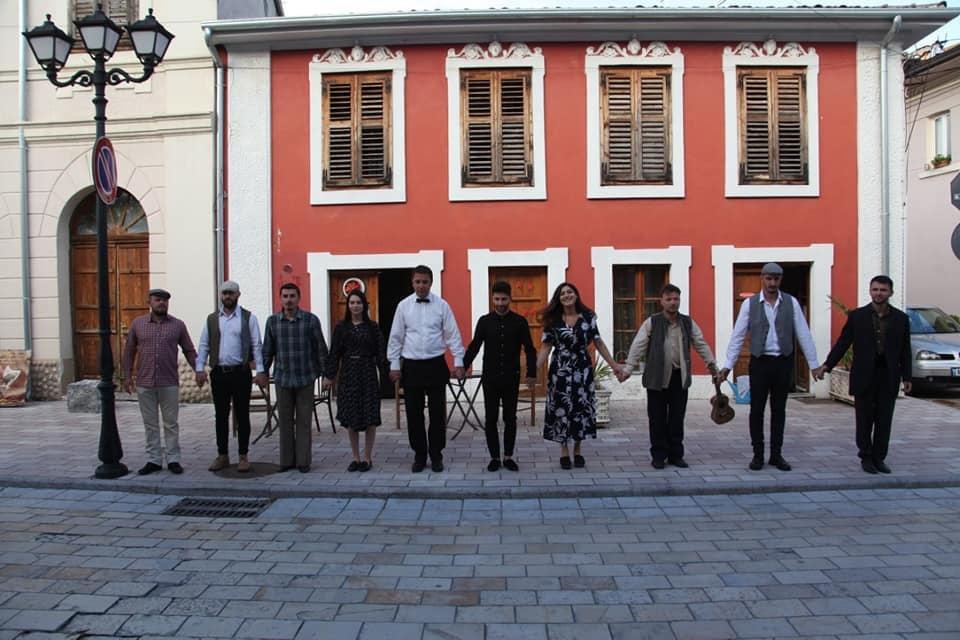 Bie suvaja menjëherë pas shfaqjes, lëndohet aktori Nikolin Ferketa në Shkodër (VIDEO)