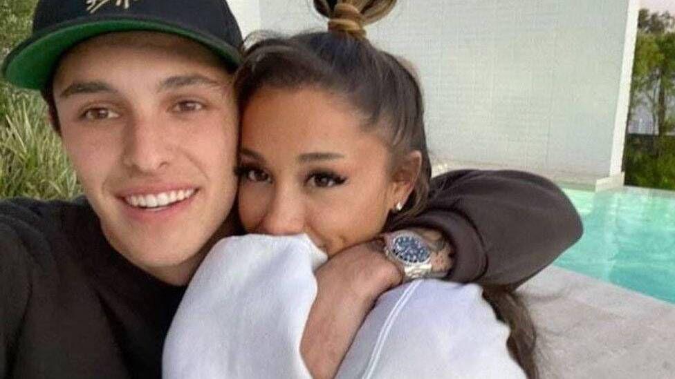 """Ariana Grande i jep fund beqarisë, i thotë """"Po"""" dashurisë në një ceremoni sekrete"""