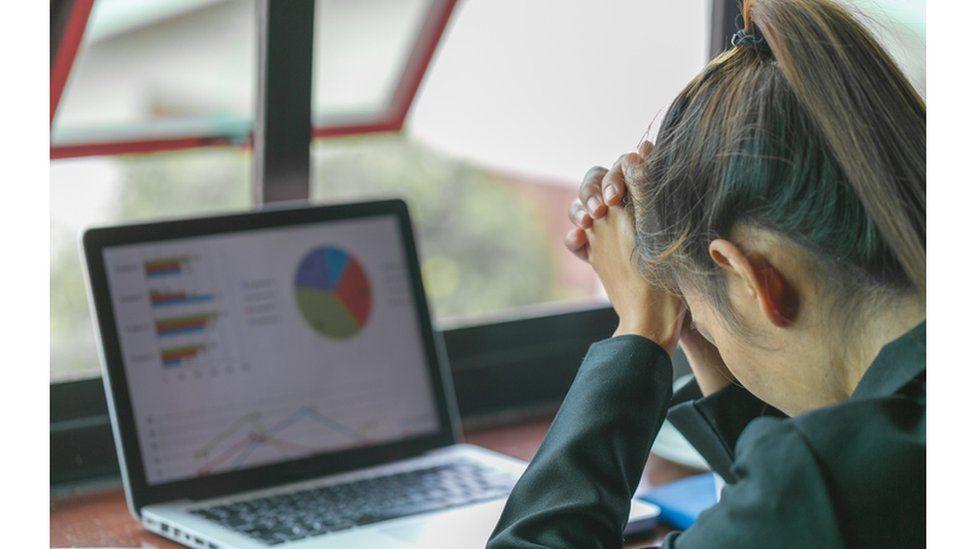 Studimi i OBSH-së: Orët e gjata në punë po rrisin rrezikun e vdekjes nga zemra dhe goditjet në tru