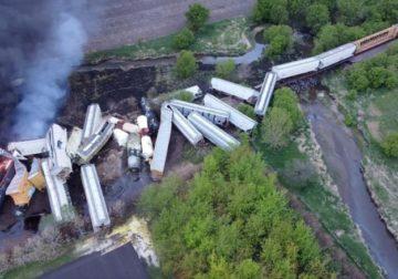 Po transportonte lëndë të rrezikshme, treni në SHBA del nga shinat dhe përfshihet nga flakët (PAMJET)